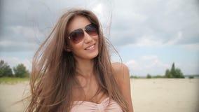 Junge attraktive Schönheit, die Kamera mit Lächeln betrachtet und flirtet stock video