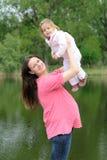 Junge attraktive schwangere Frau mit ihrem Schätzchen Stockbilder