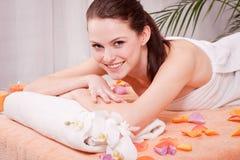 Junge attraktive smilig Frau, die Wellneßbadekurort tut Stockfoto