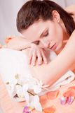 Junge attraktive smilig Frau, die Wellneßbadekurort tut Stockbild
