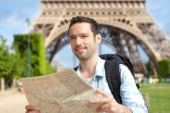 Junge attraktive touristische Lesekarte in Paris Stockfotos