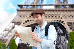 Junge attraktive touristische Lesekarte in Paris Lizenzfreies Stockfoto