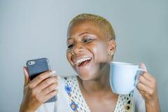 junge attraktive und glückliche schwarze afroe-amerikanisch Frau ho lizenzfreie stockbilder