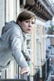 Junge attraktive unglückliche deprimierte einsame Frau, die zu Hause auf dem Balkon traurig schaut Lizenzfreie Stockbilder