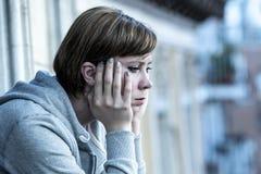 Junge attraktive unglückliche Frau mit der Krise und Angst, die elend und auf Hauptbalkon hoffnungslos sich fühlt Lizenzfreie Stockfotografie