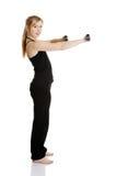 Junge attraktive weibliche Übung unter Verwendung des Dumbbell Lizenzfreie Stockfotos