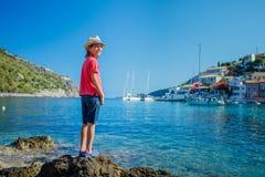 Junge auf Assos auf der Insel von Kefalonia in Griechenland Lizenzfreie Stockbilder