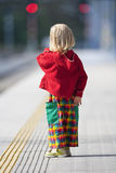 Junge auf Bahnplattform Lizenzfreie Stockfotografie