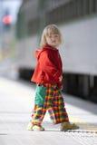 Junge auf Bahnplattform Stockfotos