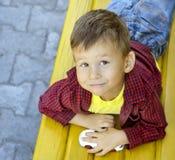 Junge auf Bank Lizenzfreies Stockfoto