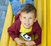 Junge auf Bank Stockfotografie