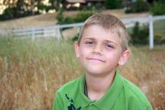 Junge auf Bauernhof lizenzfreies stockfoto