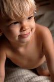 Junge auf Bett Stockbilder
