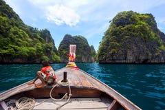 Junge auf Boot des langen Schwanzes, Koh Phi Phi, Thailand Lizenzfreies Stockfoto
