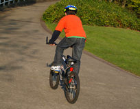 Junge auf dem Fahrrad mit Sturzhelm Stockbild