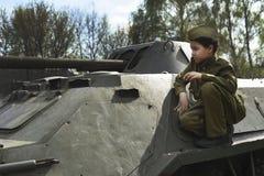 Junge auf dem Krieg Kinderschüler auf einem Behälter Der Junge in Form eines Soldaten während des zweiten Weltkriegs von 1941-194 Lizenzfreies Stockfoto