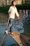Junge auf dem Rudern eines Bootes am Dorf von Maing Thauk stockfoto