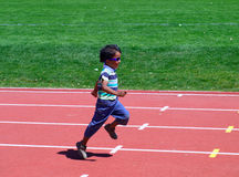 Junge auf dem Spaßlack-läufer Lizenzfreie Stockfotos