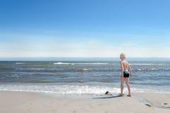 Junge auf dem Strand Stockfoto