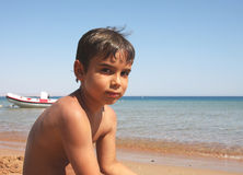 Junge auf dem Strand. Lizenzfreie Stockbilder