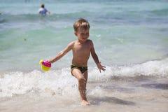 Junge auf dem Strand in Agia Napa lizenzfreie stockfotografie