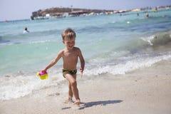 Junge auf dem Strand in Agia Napa stockfotos