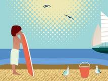 Junge auf dem Strand mit Surfbrett Lizenzfreie Stockfotos