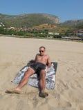 Junge auf dem Strand von Castelldefels Stockbild