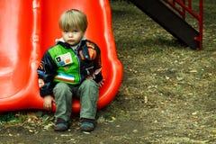 Junge auf dem Yard des Kindes Stockfotografie