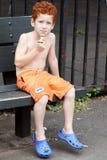 Junge auf der Bank Stockbilder