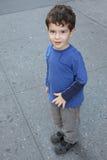 Junge auf der Straße Stockfoto