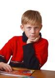 Junge auf der Tabelle Lizenzfreie Stockfotos