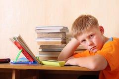 Junge auf der Tabelle Lizenzfreies Stockfoto