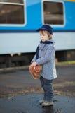 Junge auf einem Bahnhof Lizenzfreie Stockbilder