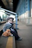 Junge auf einem Bahnhof Lizenzfreies Stockbild