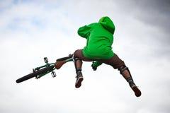 Junge auf einem bmx/Gebirgsfahrradspringen Lizenzfreies Stockbild