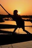Junge auf einem Boot auf dem Niger-Fluss Stockbilder