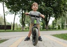 Junge auf einem Fahrrad Stockfoto