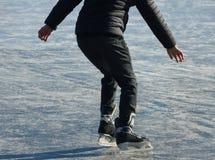 Junge auf einem gefrorenen See Lizenzfreie Stockfotografie