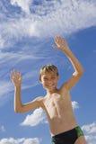 Junge auf einem Hintergrund des blauen Himmels Lizenzfreies Stockfoto