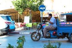 Junge auf einem Motorrad mit einem Wagen lizenzfreie stockfotografie