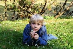 Junge auf einem Rasen Stockbild