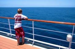 Junge auf einem Reiseflug Stockbild