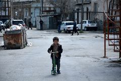 Junge auf einem Roller in Sovietskaya, ein schlechtes und unmodernised Teil von Baku, Hauptstadt von Aserbaidschan Stockbild