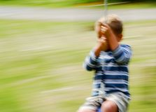 Junge auf einem Schwingen Stockfoto