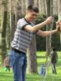 Junge auf einem Schwingen Lizenzfreie Stockfotografie