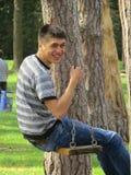 Junge auf einem Schwingen Lizenzfreies Stockfoto
