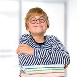 Junge auf einem Stapel von Büchern Stockfoto