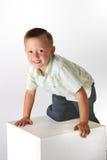 Junge auf einem Würfel Stockfoto