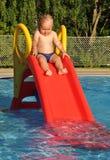 Junge auf einem Wasserplättchen Stockfotos